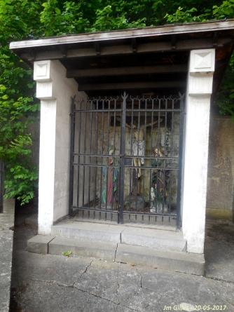 A Grand-Leez, derrière l'église, en face du début de la rue Delvaux.