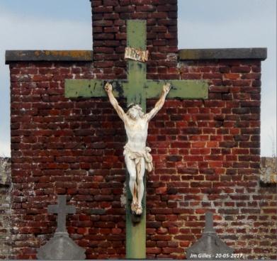 Contre le mur d'enceinte, cimetière de Grand-Leez
