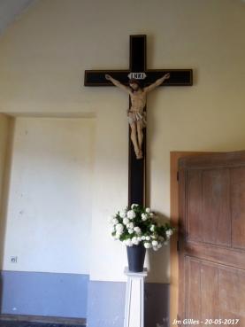 A l'entrée de l'église de Grand-Leez